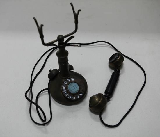 缴获国民党老式拨盘电话机